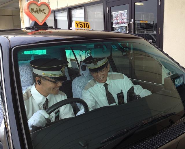 指導 助手席に乗って新人の「添乗指導」を行う山本指導員 礼儀正しく、やわらか... 指導員⑧|採